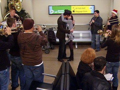 ¿Cómo se llama el equipo al que apoya la banda con la que recibe Marshall a Lily en el aeropuerto?