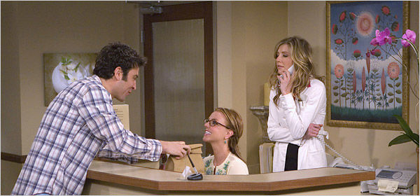 ¿Cómo se llama la recepcionista de Stella interpretada por Britney Spears?
