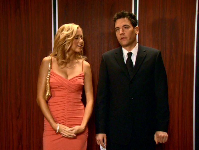 En la 1ra temporada Barney le hizo creer a Ted que salió con una prostituta. En realidad Mary era ...
