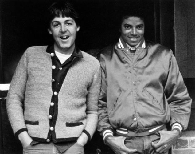 De ser buenos amigos en los 80, a rivales debido a la compra de los derechos de las canciones de los Beatles por parte de MJ.