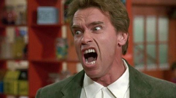 El profesor te ha sacado de la clase por armar jaleo. Por el pasillo te ve el director y te riñe el resto de la hora.