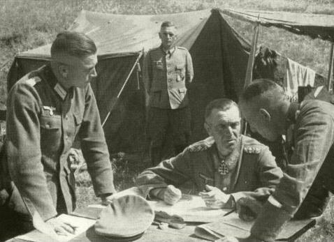 El general Freidrich Paulus te pilla holgazaneando en los dormitorios y te envía directamente al campo de batalla.