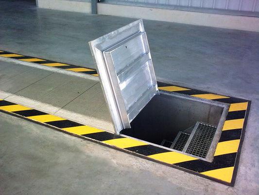 Encuentras una trampilla que lleva a un sótano oscuro.