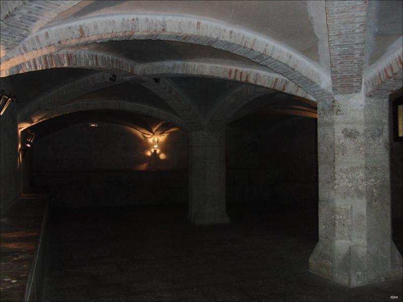 El sótano es oscuro, y puedes escuchar las voces de los guardias muy cerca de ti.