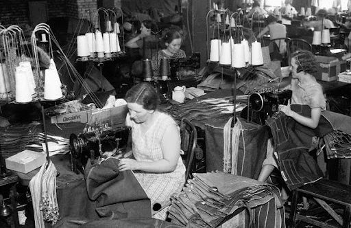 ¿Qué otro uso iba a darse a la tela de los vaqueros pero finalmente se siguió empleando para hacer pantalones?