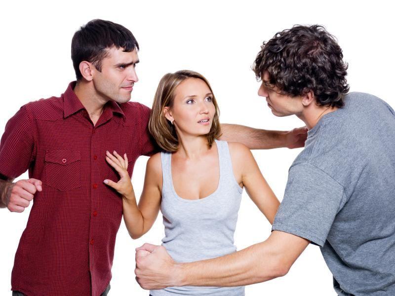 Si estás en una reunión de amigos y la mujer con la que has ido inicia un coqueteo con otro, tú...