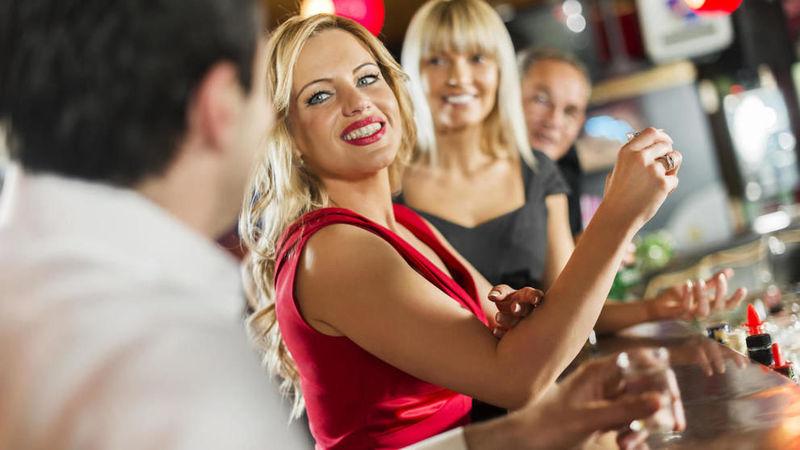 La mujer más maravillosa del mundo se sienta junto a ti en el bar y comienza a hablar ¿qué haces?