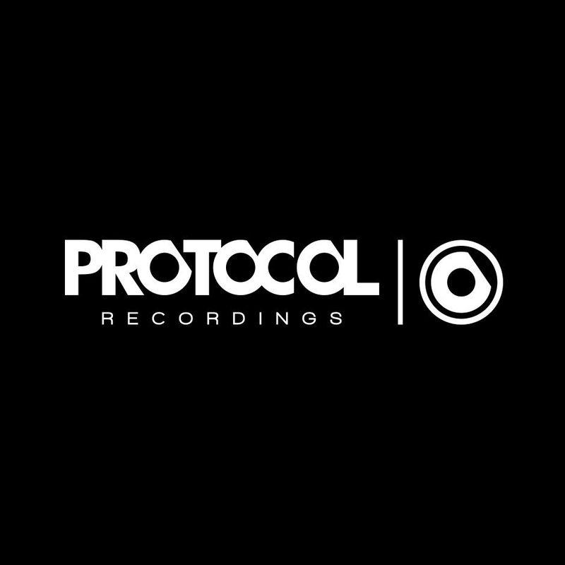 ¿Quién es el fundador del sello discográfico conocido como ''Protocol Recordings''?