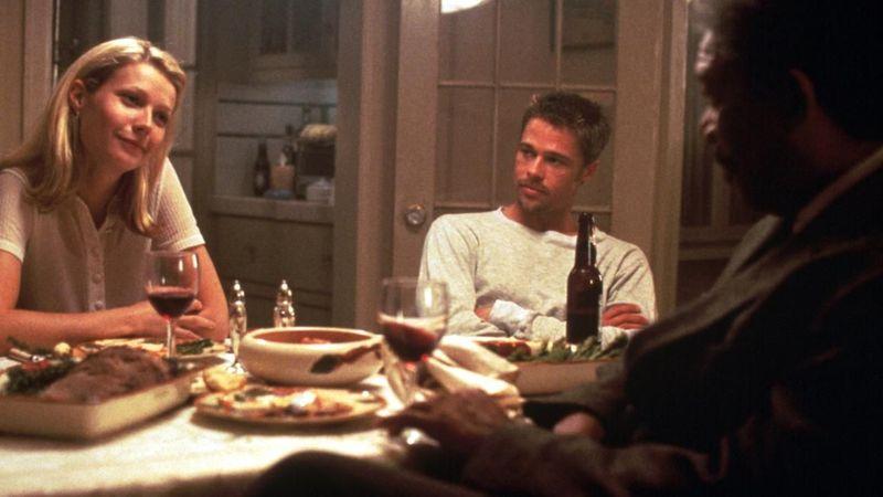 ¿Qué le explica secretamente la mujer de Mills a Somerset cuando cenan juntos?