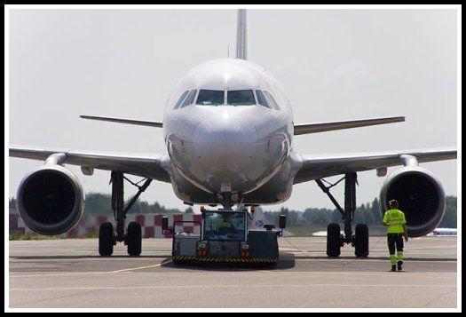Empezamos en tierra: ¿Como se llama la acción de remolcar el avión para salir de la puerta de embarque?
