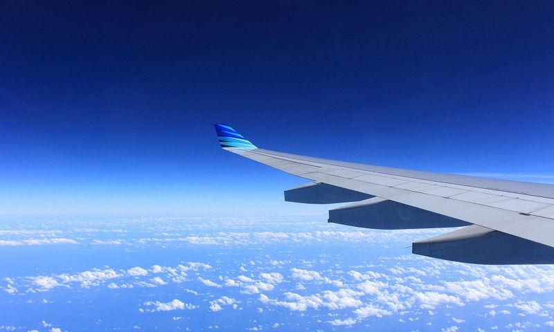 En vuelo recto y nivelado, si queremos alabear a la derecha: ¿Cual alerón subirá y cual bajará?
