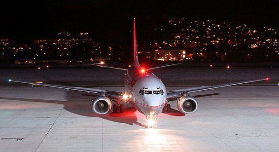¿De qué color y patrón són las luces estroboscópicas de los aviones?
