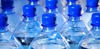 El agua embotellada es cancerígena.
