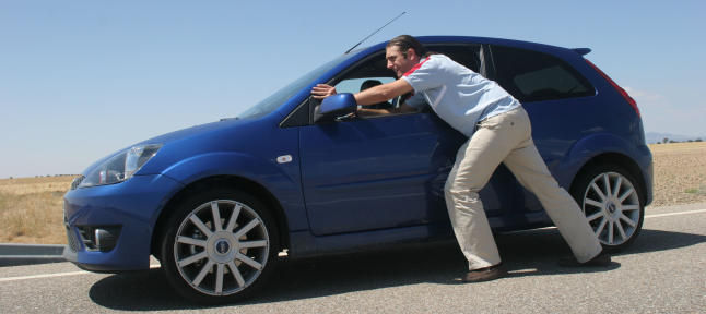 En este país se prohíbe quedarse sin gasolina en carretera. Caminar a lo largo de una carretera también es ilegal