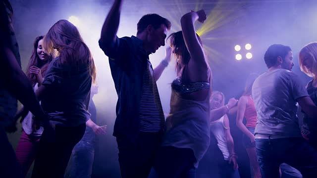 En Este pais esta prohibido bailar en bares pasada la media noche