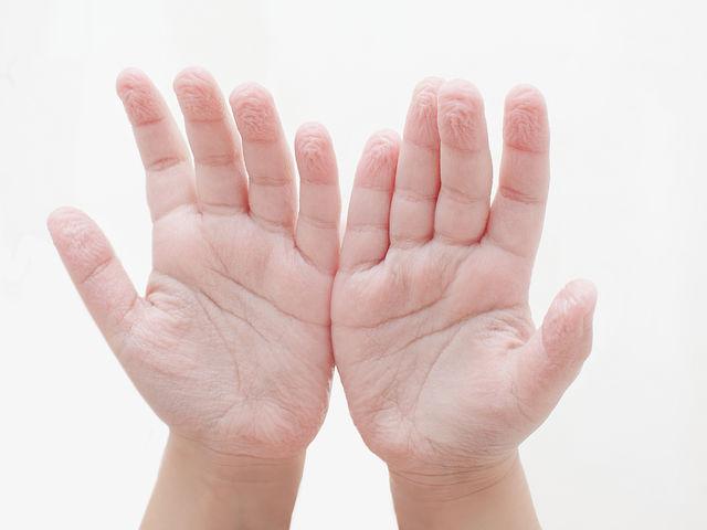 ¿Por qué se nos arruga la piel en los dedos en contacto con el agua?