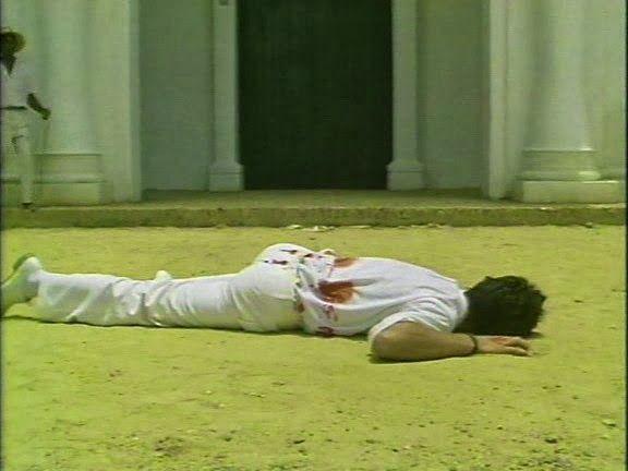 Se escucha el grito de Sassy Fran, la sirvienta ¡Han asesinado a Santiago Nasar! ¿Qué haces?