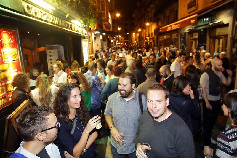 Observas con atención pero en las calles, salvo por el alboroto habitual de la gente saliendo de fiesta, estan tranquilas.