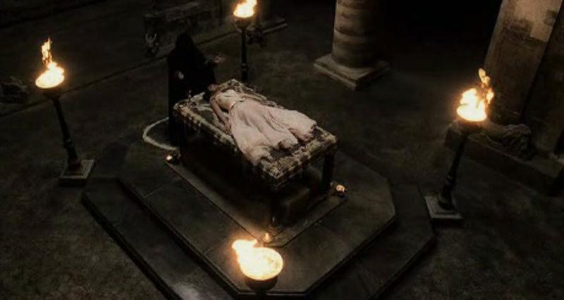 Has entrado en la cripta. un extraño encapuchado esta cantando algo en una extraña lengua delante de un montón de huesos.