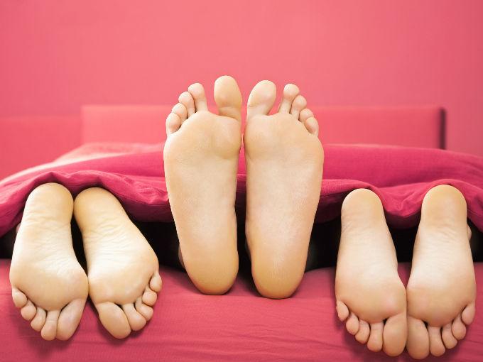 Llegas a casa de la pareja y pasais directamente al dormitorio donde la pareje empieza a desnudarse.