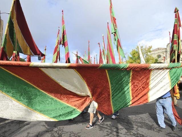 ¿Con motivo de qué fiesta los pendones de toda la provincia desfilan en León capital?