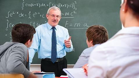 Estas en el colegio, y el profe decide que os corrijáis los exámenes entre compañeros. Tus amigos hacen trampa: