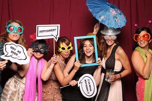 Te invitan a una boda, y hay un photocall muy gracioso con accesorios para ponerte y hacerte fotos.