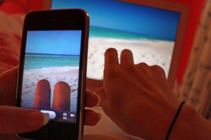 Tu amigo y tú vais a la playa, no os apetece bañaros, así que os quedáis tomando el sol…
