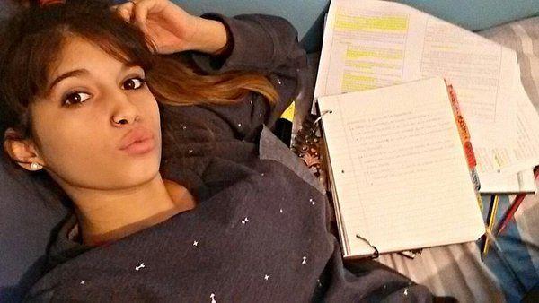 Estás estudiando, te aburres y ves el montón de apuntes que te quedan por estudiar encima del escritorio.