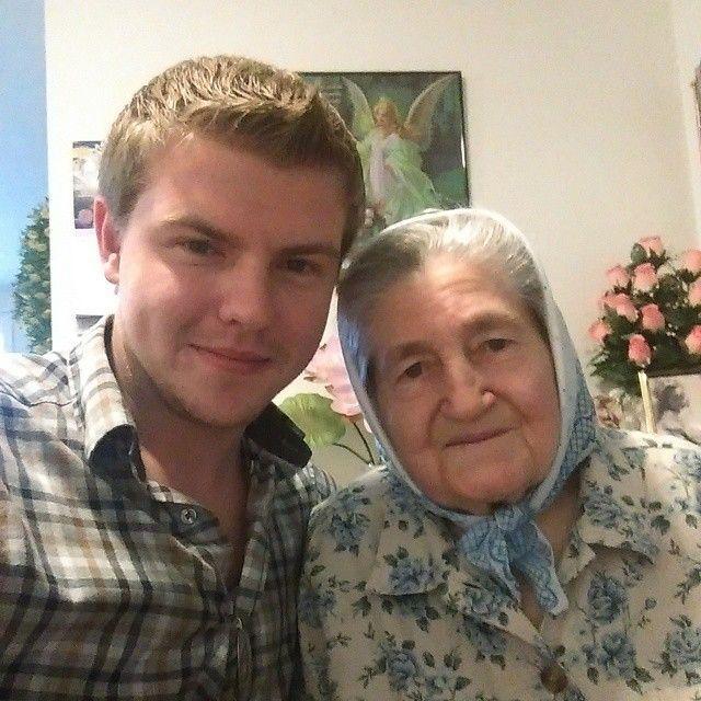 Tu abuela, a la que no vas a visitar nunca, viene a comer a casa.