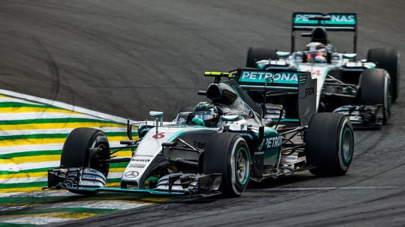 ¿En qué GP abandonaron los dos Mercedes?