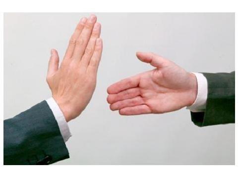 Le estás dando la mano a una persona para saludarla pero no te da la suya. ¿Qué harás?