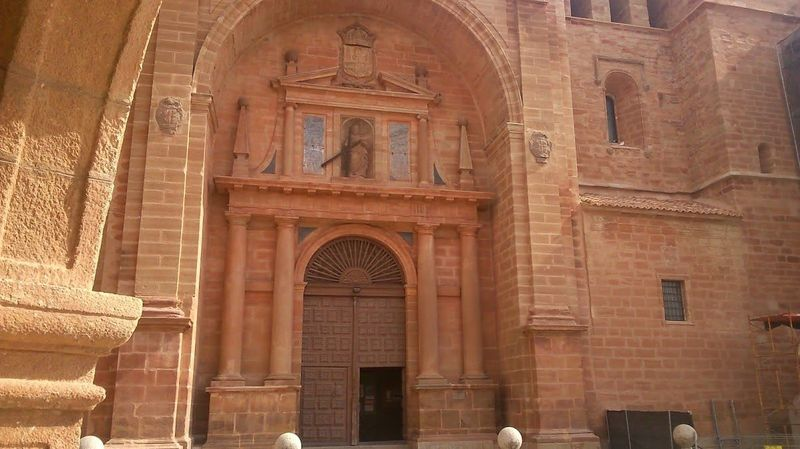 ¿Junto a la puerta principal de la parroquia de Infantes, por qué otra obra es conocido el artista Francisco Cano?