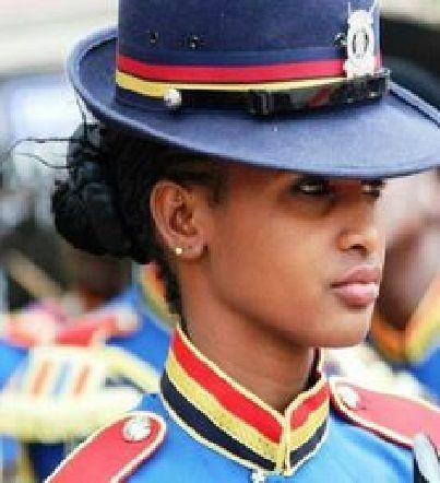 ¿Esta chica con su uniforme tan colorido?