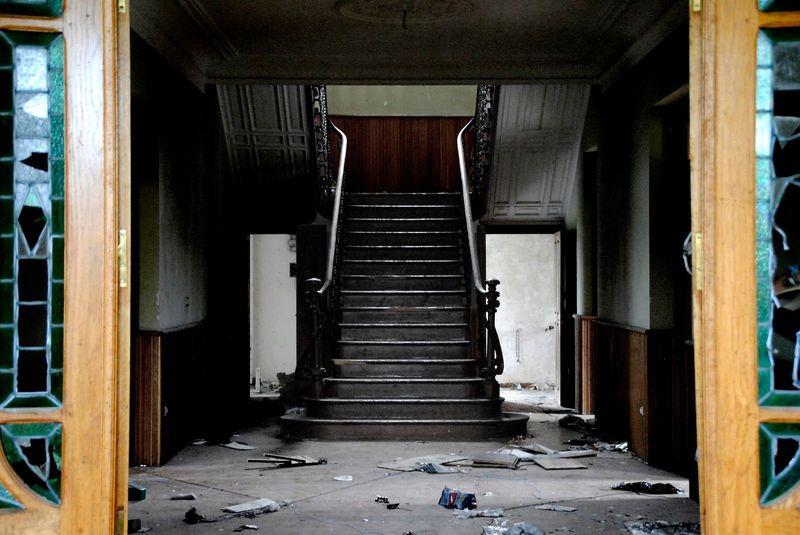 Entras y por la suciedad, deduces que es una casa abandonada
