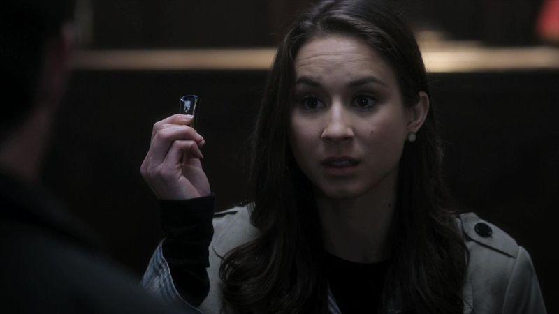 ¿Qué hay en el USB que tiene Spencer en la mano?