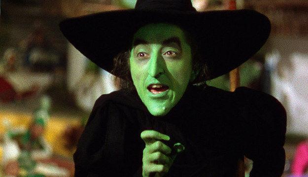 ¡Es la Bruja del Western! ¡Ha vuelto! Te propone utilizar sus artificios mágicos para hechizar a las masas. ¿Qué haces?