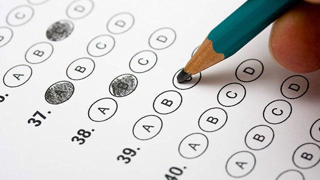 Eres profesor y un compañero te pide que le sustituyas en un examen. Ves que un alumno intenta copiar, ¿Qué haces?