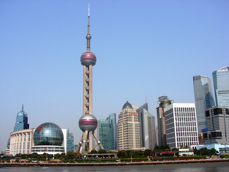 La Oriental Pearl Tower, Shanghái, China.