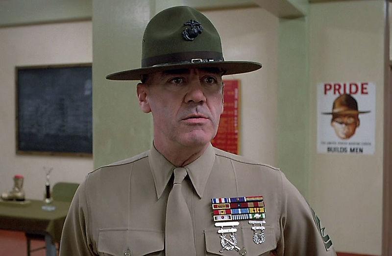 Tocan la corneta y se encienden las luces. El sargento de tu compañía os da 5 minutos para vestiros. ¿Qué haces?