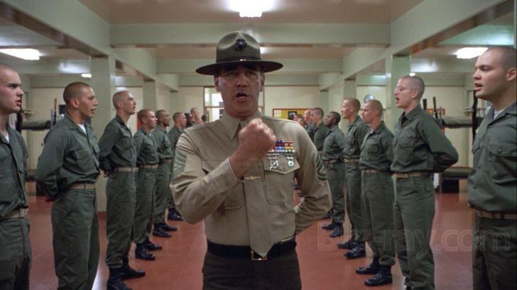 Fuera, el sargento os pone a formar y empieza a pasar lista.