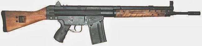 El Sargento ha traido los fusiles CETME para hacer una prueba de tiro.