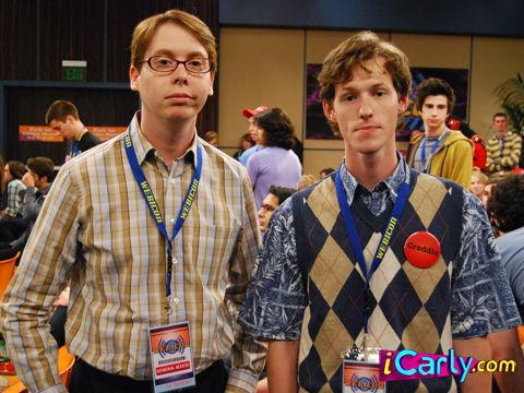 ¿Cómo se llaman estos dos personajes en la serie? (De izquierda a derecha)