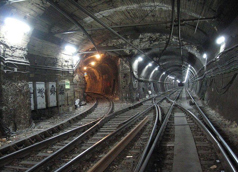 Antíguamente, la línea 2 se dividía en dos ramas cuyos trenes podrían ir a 'Ventas' o a 'Diego de León'. ¿En dónde se separaban?