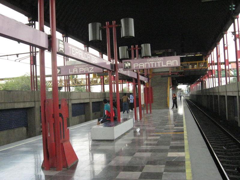 ¿Cuántas líneas tienen estaciones fuera de la capital?