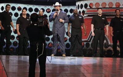¿Y quien apareció en un RAW como miembro de seguridad con Shane McMahon antes de debutar como luchador años despues?
