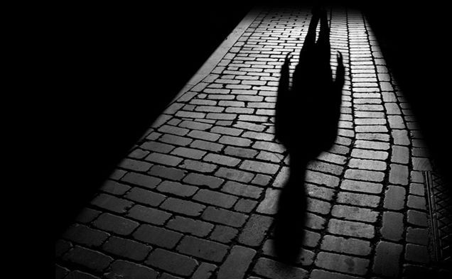 Puedes fundirte con las sombras proyectadas, desarrollarás una terrible e insuperable fobia a la oscuridad.