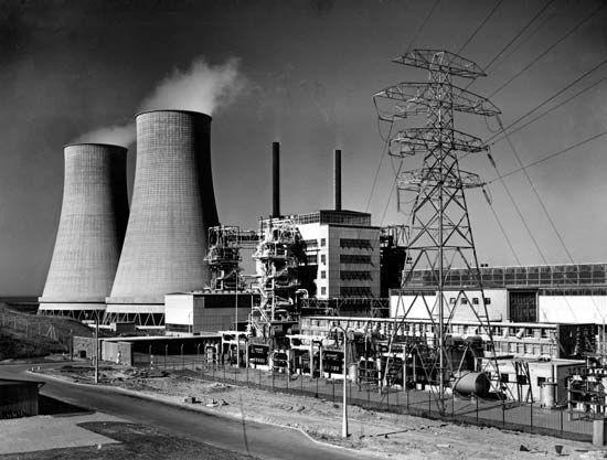 ¿Cuál fue la primera estación de energía nuclear comercial en el mundo?