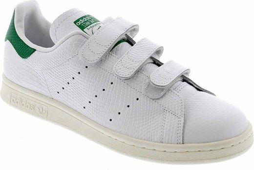 Zapatillas con velcro.