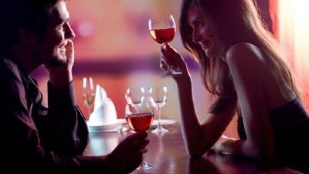 Tu pareja coquetea con alguien en persona pero sin llegar a contacto físico